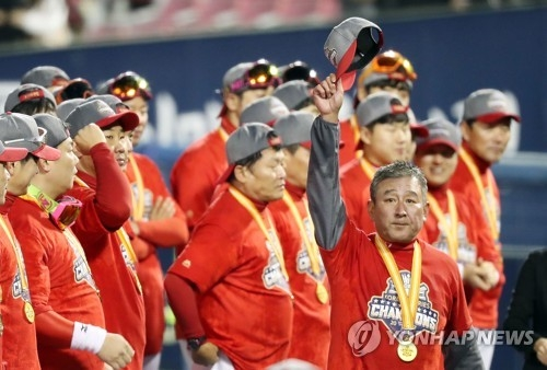 Kim Ki-tai (front, R), manager of the Korean Series champions Kia Tigers, salutes the fans during the on-field celebration of the Korea Baseball Organization title at Jamsil Stadium in Seoul on Oct. 30, 2017. The Tigers signed Kim to a three-year extension on Nov. 1, 2017. (Yonhap)