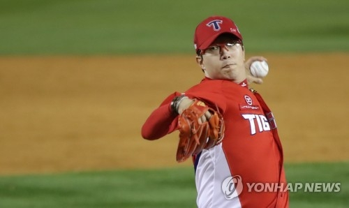In this file photo taken Oct. 30, 2017, Yang Hyeon-jong of the Kia Tigers throws a pitch against the Doosan Bears in the bottom of the ninth inning in Game 5 of the Korean Series at Jamsil Stadium in Seoul. (Yonhap)