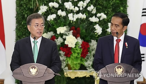 South Korean President Moon Jae-in (L) and Indonesian President Joko Widodo hold a joint press conference at Bogor Palace, located on the outskirts of Jakarta, on Nov. 9, 2017.