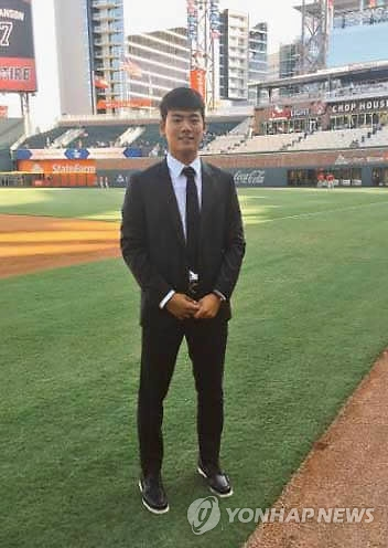 This picture, captured from the Twitter page of the Atlanta Braves on Sept. 24, 2017, shows South Korean high school shortstop Bae Ji-hwan at SunTrust Park in Atlanta, the home of the Braves. Major League Baseball announced on Nov. 22, 2017, that it will void Bae's contract with the Braves following the club's signing violations. (Yonhap)