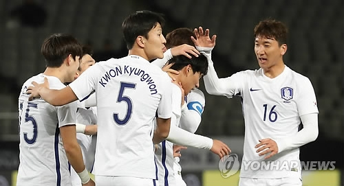 South Korea men's national football team players celebrate after they earn a 1-0 lead following North Korea's own goal during the match at the EAFF E-1 Football Championship at Ajinomoto Stadium in Tokyo on Dec. 12, 2017. (Yonhap)