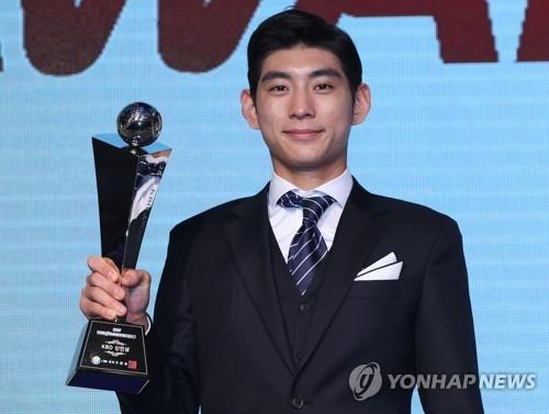In this file photo taken Nov. 6, 2017, Lee Jung-hoo of the Nexen Heroes holds up the trophy as the Korea Baseball Organization's 2017 Rookie of the Year at an awards ceremony in Seoul. (Yonhap)