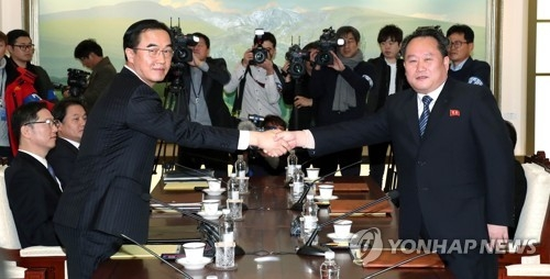 This photo, taken by the Joint Press Corps on Jan. 9, 2018, shows South Korea's chief delegate Cho Myoung-gyon (L) shaking hands with his North Korean counterpart Ri Son-gwon before holding South and North Korea's high-level talks. (Yonhap)