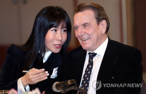 Former German chancellor Gerhard Schroder and his Korean interpreter Kim So-yeon attend a press conference in Seoul on Jan. 25, 2018, to announce their plan to marry within the year. (Yonhap)