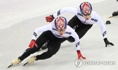 South Korea's short track speed skater Lim Hyo-jun (L) performs with his teammate, Hwang Dae-heon (R), during the men's 1,500m race held at Gangneung Ice Arena in Gangneung, located 230 kilometers east of Seoul. (Yonhap)