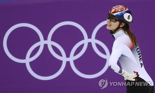 South Korean short track speed skater Choi Min-jeong looks up at the board after finishing the women's 500-meter final at Gangneung Ice Arena in Gangneung, Gangwon Province, during the PyeongChang Winter Olympics on Feb. 13, 2018. Choi came in second behind Arianna Fontana of Italy but was penalized for impeding Fontana. (Yonhap)