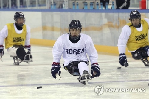 South Korea's ice sledge hockey player Jung Seung-hwan (C) practices with teammates at Gangneung Hockey Centre in Gangneung, Gangwon Province, on March 5, 2018, four days ahead of the opening of the PyeongChang Winter Paralympic Games. (Yonhap)