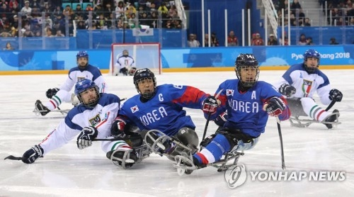South Korea's ice sledge hockey players compete against Italy in the bronze medal game at the PyeongChang Winter Paralympics at Gangneung Hockey Centre in Gangneung, Gangwon Province, on March 17, 2018. (Yonhap)