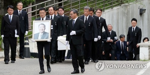 A funeral service for late LG Group Chairman Koo Bon-moo is under way at a Seoul hospital on May 22, 2018. The business tycoon who led the country's fourth-largest conglomerate for over two decades died at the age of 73 on May 20. (Pool photo) (Yonhap)