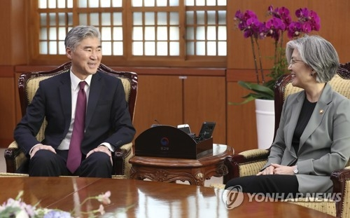 South Korean Foreign Minister Kang Kyung-wha holds talks with U.S. Ambassador to the Philippines Sung Kim at her office in Seoul on June 1, 2018. (Yonhap)