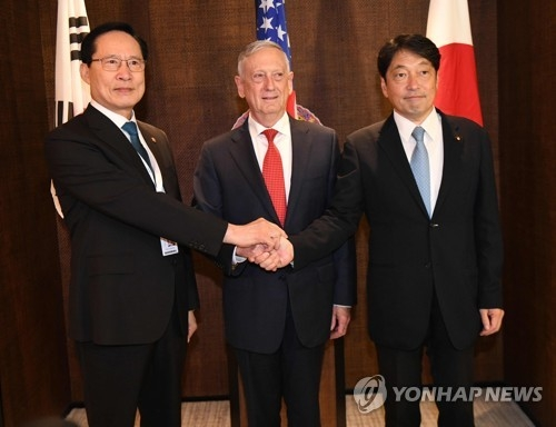 South Korea's Defense Minister Song Young-moo (L) poses for a photo with his American and Japanese counterparts -- Jim Mattis (C) and Itsunori Onodera -- before a trilateral meeting on the sidelines of the 17th Asian Security Summit in Singapore on June 3, 2018. (AFP-Yonhap)