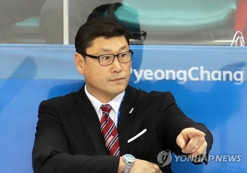 In this file photo from Feb. 16, 2018, Jim Paek, head coach of the South Korean men's hockey team, directs his players against the Czech Republic in a Group A match during the men's tournament at the PyeongChang Winter Olympics at Gangneung Hockey Centre in Gangneung, 230 kilometers east of Seoul. (Yonhap)