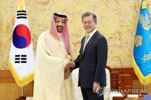 South Korean president Moon Jae-in (R) shakes hands with Khalid Al-Falih, Saudi Arabia's Minister of Energy, Industry and Mineral Resources and chairman of Saudi Aramco, in their meeting at the Blue House in Seoul on May 4, 2018, in this photo provided by the presidential office. (Yonhap)