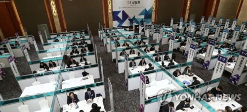 South Korean diplomats on overseas missions hold consulting sessions with local businessmen in Seoul on December 21, 2017, to help companies make inroads into foreign markets. (Yonhap)