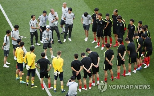 This file photo taken June 22, 2018, shows South Korea national football team head coach Shin Tae-yong (C) giving directions to players before training at Rostov Arena in Rostov-on-Don, Russia. (Yonhap)