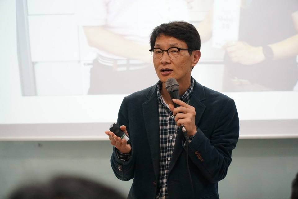 "Kim Hye-joon, CEO of ""Involved Fathers in Korea,"" gives a lecture in this undated photo provided by Kim. (Yonhap)"