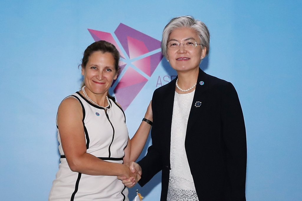 South Korean Foreign Minister Kang Kyung-wha (R) meets with her Canadian counterpart Chrystia Freeland in Singapore on Aug. 4, 2018, in this photo released by Kang's ministry. (Yonhap)