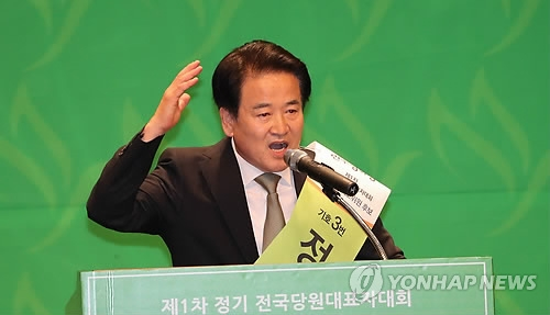 Chung Dong-young, new leader of the minor opposition Party for Democracy and Peace, speaks during a party convention on Aug. 5, 2018. (Yonhap)