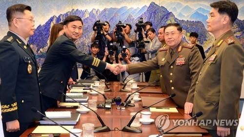 Major Gen. Kim Do-gyun (2nd from L), the chief of South Korea's five-member delegation, shakes hands with Lt. Gen. An Ik-san (2nd from R), the chief of North Korea's delegation, on July 31, 2018, before their talks at the Peace House, a South Korea-controlled building at the truce village of Panmunjom inside the Demilitarized Zone (DMZ) separating the two Koreas, in this photo provided by the Joint Press Corps. (Yonhap)