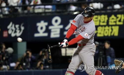 Park Jung-kwon of the SK Wyverns hits a sacrifice fly against the Doosan Bears in the top of the ninth inning of Game 1 of the Korean Series at Jamsil Stadium in Seoul on Nov. 4, 2018. (Yonhap)