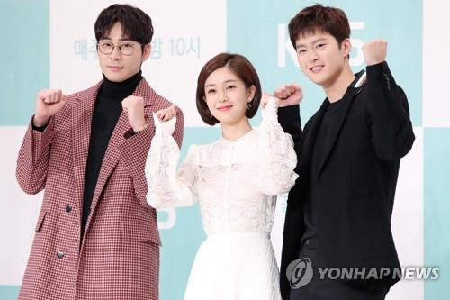 "Actors, Kang Ji-hwan (L), Baek Jin-hee (C) and Gong Myung pose for photos during a press event for KBS 2TV's new series, ""Feel Good To Die,"" in Seoul on Nov. 5, 2018. (Yonhap)"