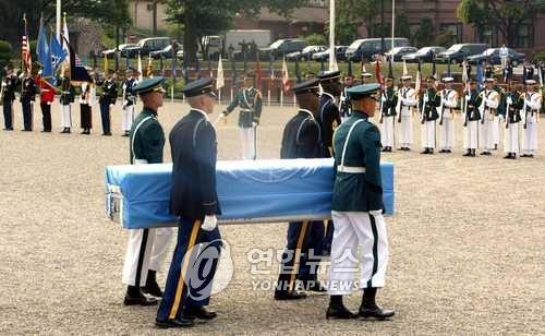 South Korean and U.S. soldiers hold a remains repatriation ceremony in this file photo. (Yonhap)
