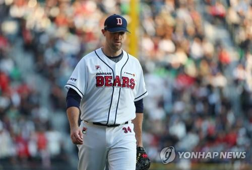 Josh Lindblom of the Doosan Bears walks off the mound during the top of the seventh innning of Game 1 of the Korean Series against the SK Wyverns at Jamsil Stadium in Seoul on Nov. 4, 2018. (Yonhap)