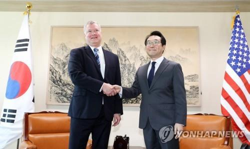 Lee Do-hoon (R), South Korea's top nuclear envoy, shakes hands with his U.S. counterpart, Stephen Biegun, in their meeting in Seoul on Oct. 29, 2018. (Yonhap)