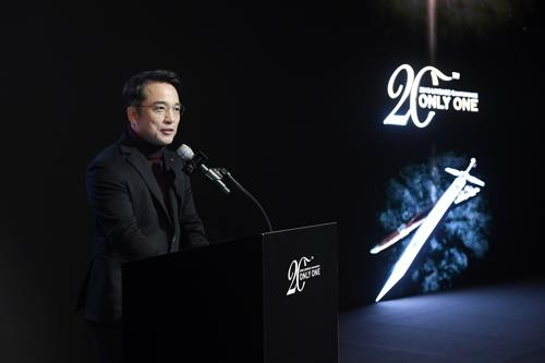 Kim Taek-jin, CEO of NCSOFT Corp., talks to reporters on Nov. 29, 2018, about the new version of its mega-hit online game, Lineage. (Yonhap)