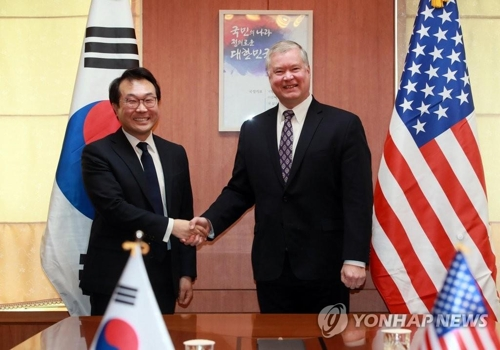Lee Do-hoon (L), special representative for Korean Peninsula Peace and Security Affairs, and his U.S. counterpart, Stephen Biegun, in a file photo (Yonhap)