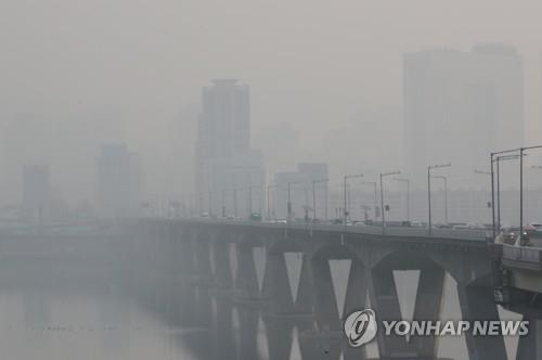 The sky over the Han River, seen from the Wonhyo Bridge on March 6, 2016, is thick with fine dust. (Yonhap)