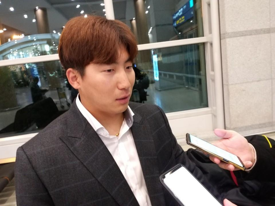Na Sung-bum of the NC Dinos baseball club speaks to reporters at Incheon International Airport on March 8, 2019, after arriving from the team's spring training in Tucson, Arizona. (Yonhap)