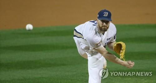 In this file photo from Oct. 20, 2017, Eric Hacker, then of the NC Dinos, throws a pitch against the Doosan Bears in Game 3 of the second round in the Korea Baseball Organization postseason at Masan Stadium in Changwon, South Gyeongsang Province. (Yonhap)