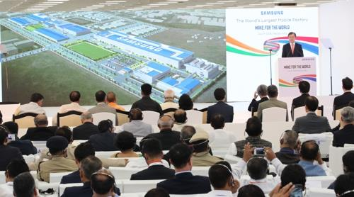 South Korean President Moon Jae-in speaks at an event at Samsung's new production facility in Noida, near New Delhi, on July 9, 2018, to mark the completion of the factory. (Yonhap)