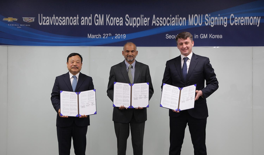 In this photo taken March 27, 2019, Moon Seung (L), who represents the GM Korea Supplier Association, GM International Vice President Johnny Saldanha (C) and UzAuto Chairman Shavkat Umurzakov pose for a photo after signing a memorandum of understanding on business ties at GM Korea's Bupyeong plant, just west of Seoul. (Yonhap)