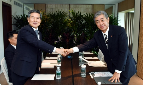 (2nd LD) S. Korean, Japanese defense ministers hold first one-on-one talks since radar row