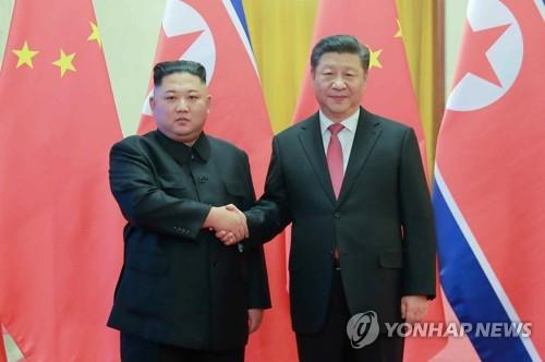 This photo printed in the Jan. 10, 2019, edition of North Korea's Rodong Sinmun shows North Korean leader Kim Jong-un (L) posing for a photo with Chinese President Xi Jinping at the Great Hall of the People in Beijing on Jan. 8. (For Use Only in the Republic of Korea. No Redistribution) (Yonhap)