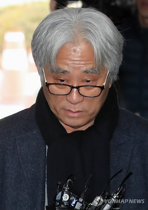 This March 2018 file photo shows Lee Youn-taek, a disgraced South Korean theater writer and director, arriving at the Seoul Central District Court to attend a hearing to review the legality of his detention. (Yonhap)