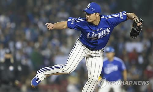 In this file photo from Oct. 29, 2013, Oh Seung-hwan of the Samsung Lions throws a pitch against the Doosan Bears in the bottom of the ninth inning of Game 5 of the Korean Series at Jamsil Stadium in Seoul. (Yonhap)