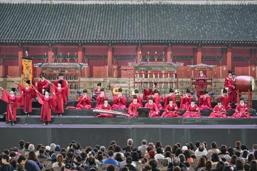 "This image provided by the Korean Traditional Performing Arts Foundation shows ""Jongmyo Jeryeak,"" a performance of traditional Korean music. (PHOTO NOT FOR SALE) (Yonhap)"