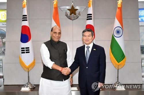South Korean Defense Minister Jeong Kyeong-doo (R) shakes hands with his Indian counterpart, Rajnath Singh, prior to their talks in Seoul on Sept. 5, 2019. (Yonhap)