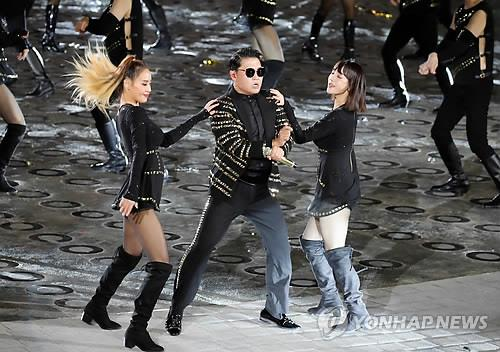 South Korean singer-rapper Psy performs during a ceremony to mark the 70th anniversary of Armed Forces Day at the War Memorial of Korea in central Seoul on Oct. 1, 2018. (Yonhap)