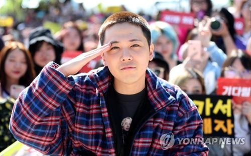 Lee Hong-gi gives a military salute to fans before starting his mandatory military service in Yanggu, Gangwon Province, on Sept. 30, 2019. (Yonhap)