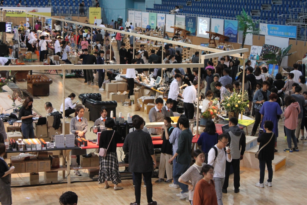 The Gangneung Ice Arena is crowded with people joining in the 11th Gangneung Coffee Festival. (Yonhap)