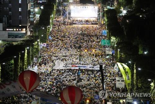 This file photo, taken on Oct. 5, 2019, shows a candlelight vigil in Seoul organized by liberal civic groups to support Justice Minister Cho Kuk and his drive for prosecutorial reform. (Yonhap)