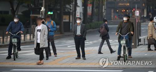 Citizens wearing health masks wait for traffic signals near the Gwanghwamun square in Seoul on Nov. 1, 2019, amid a fine dust advisory. (Yonhap)