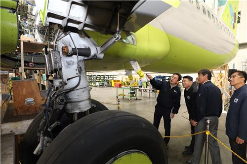 This photo taken on Nov. 11, 2019, and provided by the transport ministry shows aviation officials looking at a B737-NG plane operated by low-cost carrier Jin Air undergoing repair work for structural cracks in western Seoul. (PHOTO NOT FOR SALE) (Yonhap)