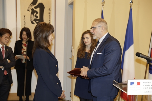 This photo provided by Nplug shows Nah Youn-sun receiving Officier de l'Ordre des Arts et des Lettres at the French Embassy in South Korea in November 2019. (PHOTO NOT FOR SALE) (Yonhap)