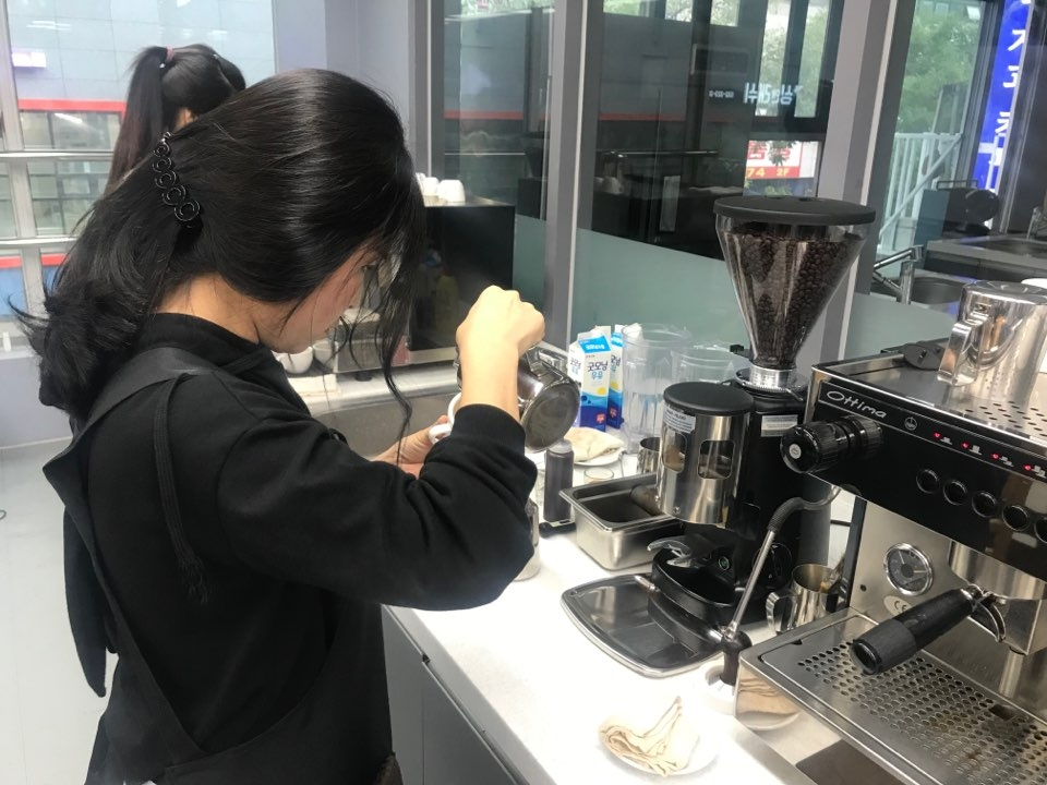 Two North Korean defectors practice making coffee in a time-limited simulation in preparation for a latte art test during a barista training program provided by Hana Foundation in partnership with Hanjoo College of Culinary Arts, a civilian job training institute. (Yonhap)