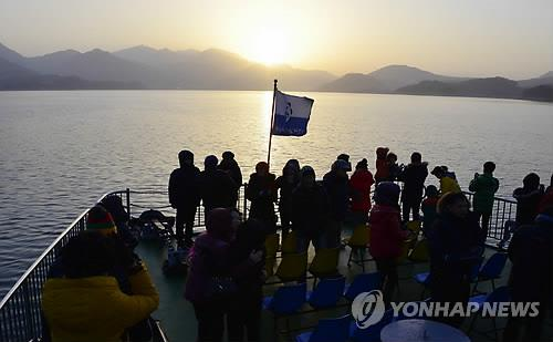 This file photo shows a sunrise event aboard a cruise ship in Cheongpung Lake in Jecheon, North Chungcheong Province. (Yonhap)